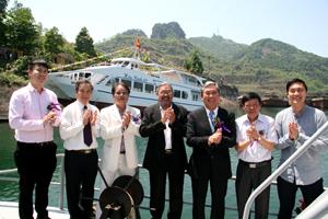Các đại biểu chúc mừng lễ hạ thủy tàu du lịch Hòa Bình 68.