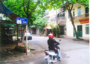 Biển đường Hai Bà Trưng, đoạn cạnh đường Lê Lợi, phường Phương Lâm, đối diện Nhà văn hóa liên tổ 10, 12, 14 đã bị kẻ xấu xóa gần hết chữ Hai Bà... gây bất bình trong nhân dân.