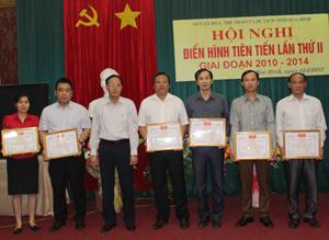Lãnh đạo Sở VH,TT&DL trao giấy khen cho các tập thể có thành tích tiêu biểu xuất sắc.