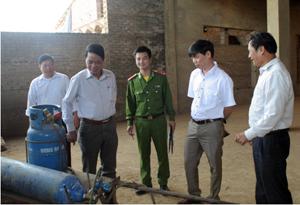 Đoàn kiểm tra thực tế tại nhà máy gạch ngói cao cấp Lạc Sơn.