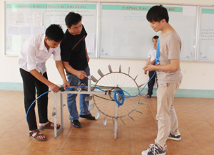 """Từ Dự án """"Máy bơm áp lực cao dùng sức nước"""" đã đoạt giải nhất tại hội thi Khoa học kỹ thuật toàn quốc. Ảnh: Thầy Phạm Đình Mẫn và 2 học trò: Nguyễn Tuấn Hùng (bên trái), Trần Ngọc Vũ (bên phải)  đã chế tạo thành công phiên bản ứng dụng."""