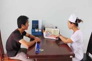 Cán bộ Trạm y tế xã Mai Hạ (Mai Châu) tư vấn cách phòng tránh lây nhiễm HIV qua đường tình dục.