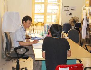 Cán bộ Trung tâm Phòng, chống HIV/AIDS tỉnh khám và tư vấn   cho người nghiện ma tuý trước khi điều trị methadone. Ảnh: P.V