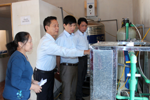 Đoàn kiểm tra thực tế tại xưởng sản xuất nước tinh khiết đóng chai tại Công ty TNHH Hùng Dương (Tân Lạc).
