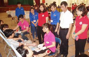 Lãnh đạo Hội CTĐ tỉnh, thành phố Hòa Bình động viên sinh viên trường Cao đẳng sư phạm Hòa Bình đang hiến máu.