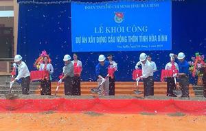Lãnh đạo Tỉnh đoàn, UBND huyện Lạc Sơn, xã Văn Nghĩa và đơn vị thi công - Công ty CP 26/3 động thổ trong lễ khởi công xây dựng cầu nông thôn tỉnh năm 2015.