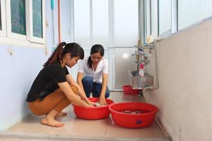 Cán bộ y tế trường mầm non tư thục Sao Mai thực hiện khử trùng tại lớp học Jerry 3.