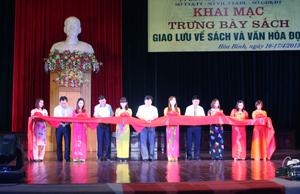 Đồng chí Nguyễn Văn Chương, Phó Chủ tịch UBND tỉnh cùng lãnh đạo các sở, ngành tham gia căt băng khai trương trưng bày, triễn lãm sách.