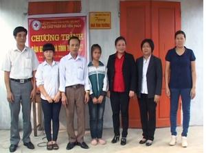 Lãnh đạo Hội CTĐ tỉnh, UBMTTQ, Hội CTĐ  huyện Yên Thủy  và xã Yên Lạc trao nhà cho 2 cháu Huyền và My.