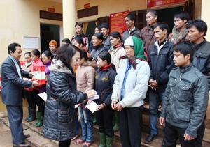Lãnh đạo Ban Dân vận Tỉnh ủy và Hội CTĐ tỉnh trao quà  cho người nghèo xã Yên Thượng (Cao Phong).