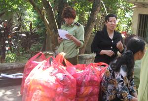 Đoàn kiểm tra tại cơ sở hành nghề đông y của gia đình bà Nguyễn Thị Phú.