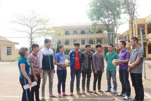 Đội ngũ giáo viên TD-TT và các VĐV xuất sắc của trường THPT Kim Bôi trong một buổi tập.