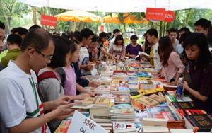 Độc giả tìm mua sách tại Ngày sách Việt Nam lần thứ hai. Ảnh: DUY LINH