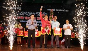BTC trao giải nhất cho trường THPT chuyên Hoàng Văn Thụ và THPT Công Nghiệp.