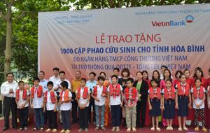 Lãnh đạo Tổng LĐLĐ Việt Nam, Viettin bank, LĐLĐ tỉnh trao cặp phao cứu sinh cho các em học sinh trường TH Hiền Lương (Đà Bắc).