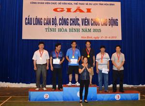 BTC trao Huy chương cho các vận động viên có thành tích xuất sắc trong giải đấu.