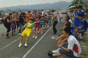 Một trận thi đấu kéo co nam- nữ tại Hội thi.
