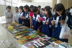 Học sinh trường THCS Lý Tự Trọng (TP Hòa Bình) đọc sách tại buổi trưng bày sách do Thư viện tỉnh tổ chức.