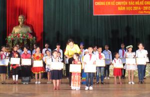 Trao giải cho các thí sinh tại hội thi.