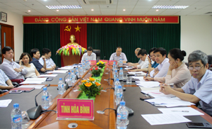 Đồng chí Bùi Văn Cửu, Phó Chủ tịch TT UBND tỉnh và đại diện lãnh đạo Sở Y tế, các bệnh viện dự hội nghị tại điểm cẩu tỉnh ta.