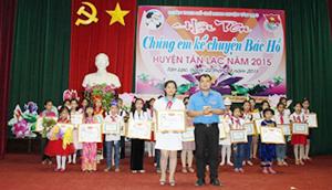 BTC hội thi trao giải nhất cho thí sinh Đào Hà Chi, lớp 8B, trường THCS Kim Đồng.