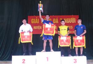 BTC trao giải cho các đội giành thành tích cao tại giải bóng đá 7 người huyện Mai Châu năm 2015.