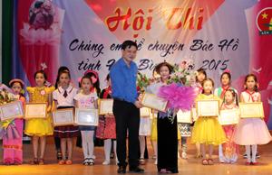 Ban tổ chức trao giải cho thí sinh tại hội thi.