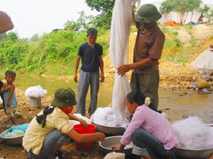 Người dân xã Lạc Sỹ (Yên Thủy) tẩm màn bằng hóa chất định kỳ 6 tháng /lần.