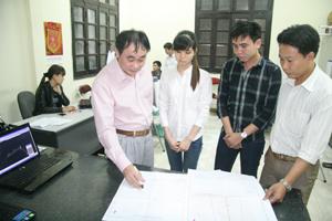 Cán bộ Trung tâm    kỹ thuật TN - MT triển khai công tác chuyên môn thực hiện nhiệm vụ được giao.