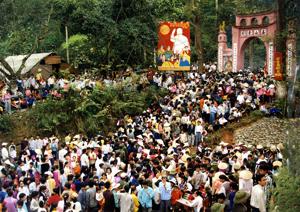 Hàng năm, lễ hội Đền Hùng luôn thu hút hàng vạn du khách đến dâng hương. ảnh: s.t