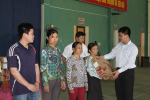 Tổ chức, doanh nghiệp tặng quà cho hộ gia đình chính sách, NCC   huyện Kim Bôi nhân dịp Tết Nguyên đán năm 2015.