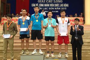 Lãnh đạo LĐLĐ huyện Lạc Sơn trao giải cho các VĐV đạt thành tích cao tại giải.