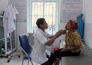 Người dân được khám - chữa bệnh bằng BHYT tại Trạm y tế xã Vạn Mai (Mai Châu).