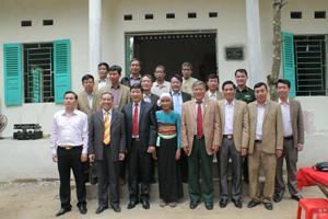 Đồng chí Bùi Văn Cửu, Phó Chủ tịch TT UBND tỉnh, lãnh đạo Hội Hỗ trợ liệt sỹ tỉnh và các ban, ngành thăm nhà tình nghĩa.
