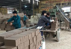 Được quan tâm, chăm lo về nhiều mặt, công nhân Công ty gạch ngói Quỳnh Lâm hăng say lao động sản xuất, có nhiều đóng góp vào sự phát triển chung.