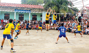 Bóng chuyền là môn thể thao mũi nhọn của huyện Kim Bôi, đã mang về cho huyện nhiều thành tích cao. Ảnh: Các VĐV thi đấu giải bóng chuyền vô địch huyện Kim Bôi.