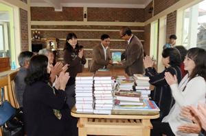 Anh Bùi Phi Diệp (giữa) nhận sách tặng từ các cơ quan, đoàn thể.