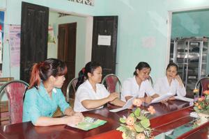 Cán bộ DS/KHHGĐ xã Hòa Sơn, Lương Sơn (người ngoài cùng bên trái) thường xuyên truyền thông trực tiếp tại hộ gia đình, KDC về kiến thức CSSKSS/KHHGĐ.