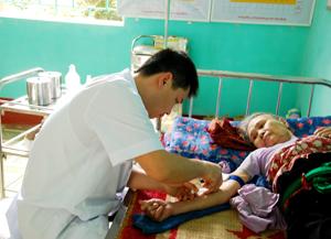 Cán bộ Trạm y tế xã Hiền Lương (Đà Bắc) chăm sóc sức khỏe người bệnh.