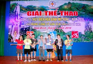 BTC trao cúp cho các VĐV đoạt giải nhất tại Giải bóng bàn mở rộng năm 2016.