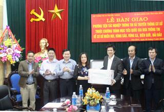 Đại diện Bộ TT&TT trao thiết bị tác nghiệp thông tin và truyền thông cho huyện Lương Sơn.