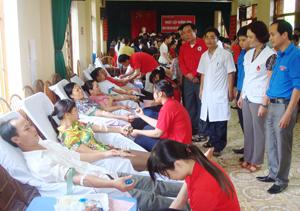 CB,CNVC-NLĐ và nhân dân huyện Kỳ Sơn  tham gia ngày hội hiến máu.