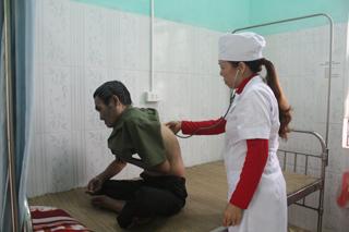 Bác sĩ Phòng khám Đa khoa khu vực thuộc Bệnh viện Đa khoa huyện Kỳ Sơn chăm sóc sức khỏe nhân dân.