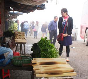 """Những món """"quà quê"""" như cơm lam, rau sắng hút du khách mỗi khi ghé qua."""