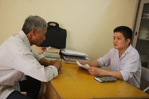Đồng chí Đinh Thanh Bình (bên phải) - công chức Tư pháp - hộ tịch UBND xã Do Nhân (Tân Lạc) là 1 trong 10 cá nhân tiêu biểu được Chủ tịch UBND tỉnh tặng bằng khen vì có thành tích trong công tác phòng, chống tham nhũng.