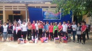 Các phần quà được trao đến các em học sinh trường THCS bán trú Tân Minh