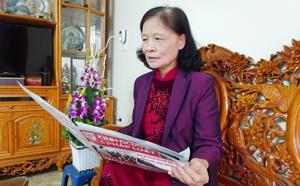 Bà Bùi Thị Bình thường xuyên cập nhật thông tin thời sự trên báo chí.