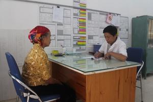 Người dân có thẻ BHYT được tư vấn, chăm sóc sức khỏe ban đầu tại trạm y tế xã Vạn Mai (Mai Châu).