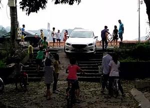Chiếc ô tô này đi xuống, may mà lái xe kịp thời phanh lại, nếu không sẽ nguy hiểm đến tính mạng và hư hỏng phương tiện ( Ảnh chụp 17h ngày 9/4/2016)