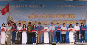 Các đồng chí lãnh đạo sở, ngành, UBND thành phố cắt băng khai mạc triển lãm.